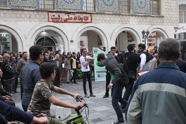 """اجرای نمایش خیابانی """"عصر یک روز پاییزی"""" در پیاده راه فرهنگی رشت"""